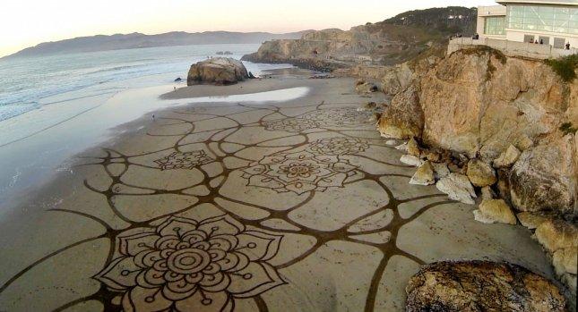Andres Amador'un Kumsallar Üzerine Çizdiği Desenler,  Geçicilik ve Sonsuzluk Duygusunu Gelgit Dalgalarının Arasında İnşa Ediyor